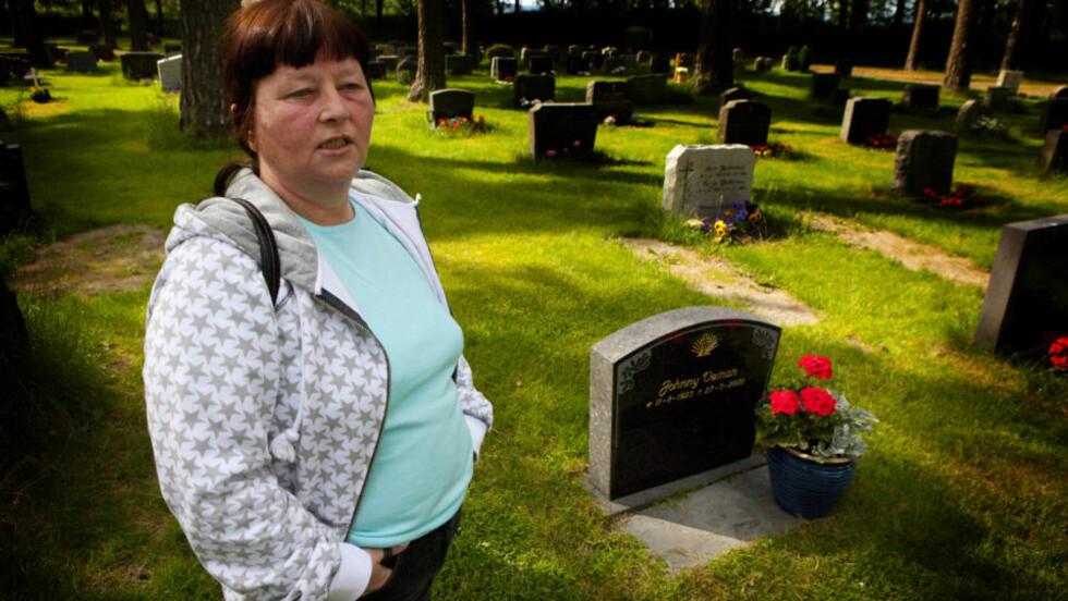 VED PAPPAS GRAV: Faren til Laila (50) ble begravet uten at hun fikk beskjed om det. Foto: Torbjørn Berg