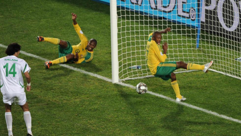 UFRIVILLIG MESTERREDNING: Kagisho Dikgacoi kom flyvende på bakre stolpe og styrte ballen mot det åpne målet, men lagkamerat  Bernard Parker klarte på mystisk vis å komme seg mellom ballen og nettmaskene og forhindret dermed scoring.Foto: SCANPIX/AFP PHOTO / VINCENZO PINTO
