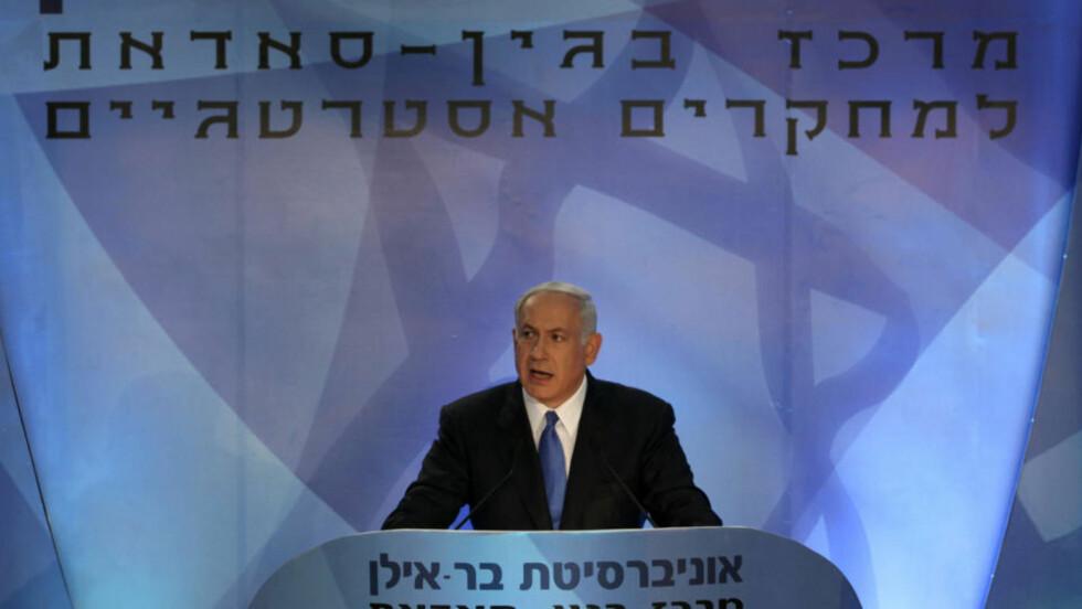 - JA TIL PALESTINA UTEN VÅPEN:  Israels statsminister Benjamin Netanyahu  på talerstolen i Begin-Sadat senteret ved Bar Llan-universitet i kveld. Foto: BAZ RATNER/EPA/SCANPIX.