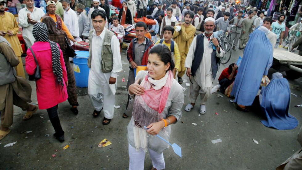 """Blikkfang: Straks Ayesha Wolasmal beveger seg ut i Kabuls travleste markedsgate, stopper menn opp og stirrer. Mange av dem roper """"hore"""" og verre skjellsord etter henne."""