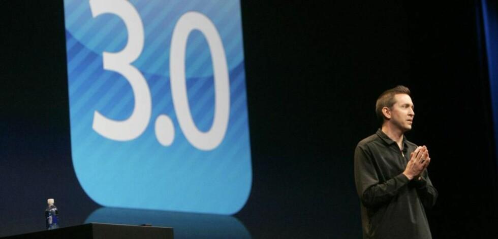 INGEN SELVFØLGE: De fleste smarttelefonbrukere tar MMS, klipp-og-lim-funksjonalitet, muligheten til vidersending av testmeldinger og tastatur i landskapsmodus som en selvfølge. Men ikke iPhone-brukere. Første med dagens lansering av iPhone OS 3.0, her presentert av Apples Scott Forstall i San Francisco under utviklerkonferansen WWDC, får telefonenen disse funksjonene. Foto: SCANPIX