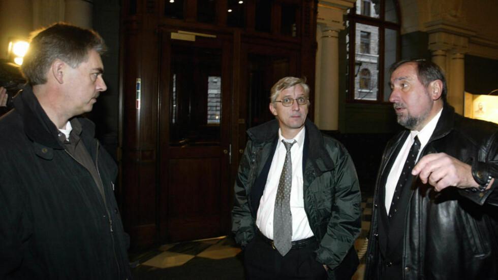 ERSTATNINGSKRAV: Privaretterforsker Harald Olsen (t.h.) søker erstatning for å ha blitt kalt ynkelig bedrager. Beskyldningen ble satt fram av mannen til venstre i bildet.  Dette bildet er fra en tidligere rettsak i desember 2003.  Arkivfoto: Knut Falch / SCANPIX .