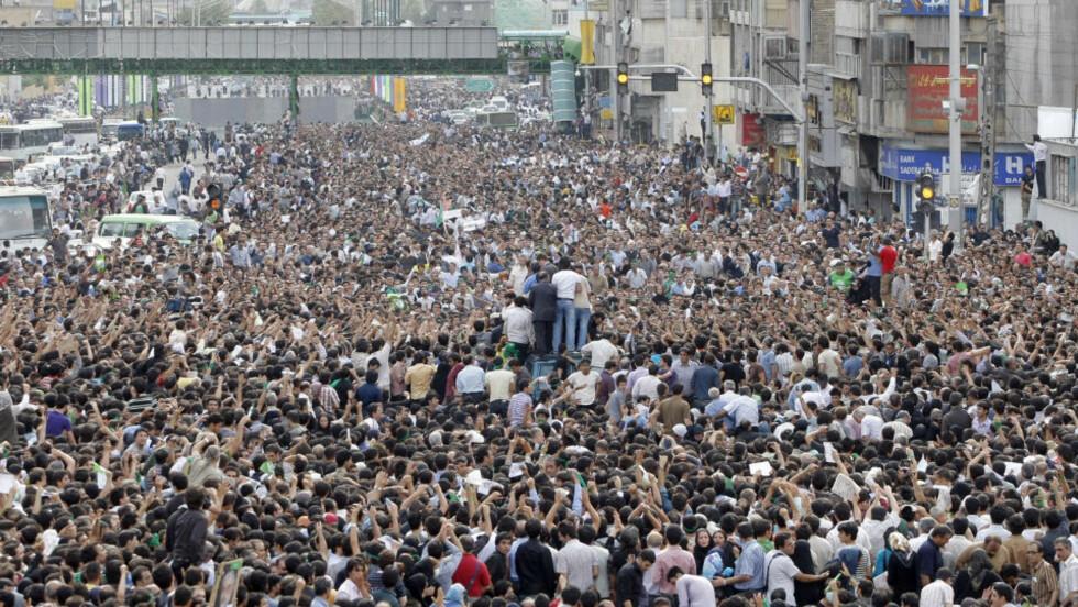 PROTEST: Flere hundre tusen iranere tok i dag til gatene for å støtte Mir Hossein Mousavi. Men en amerikansk måling før valget viser at Ahmadinejad lå an til seier. Foto: AFP/BEHROUZ MEHRI/SCANPIX