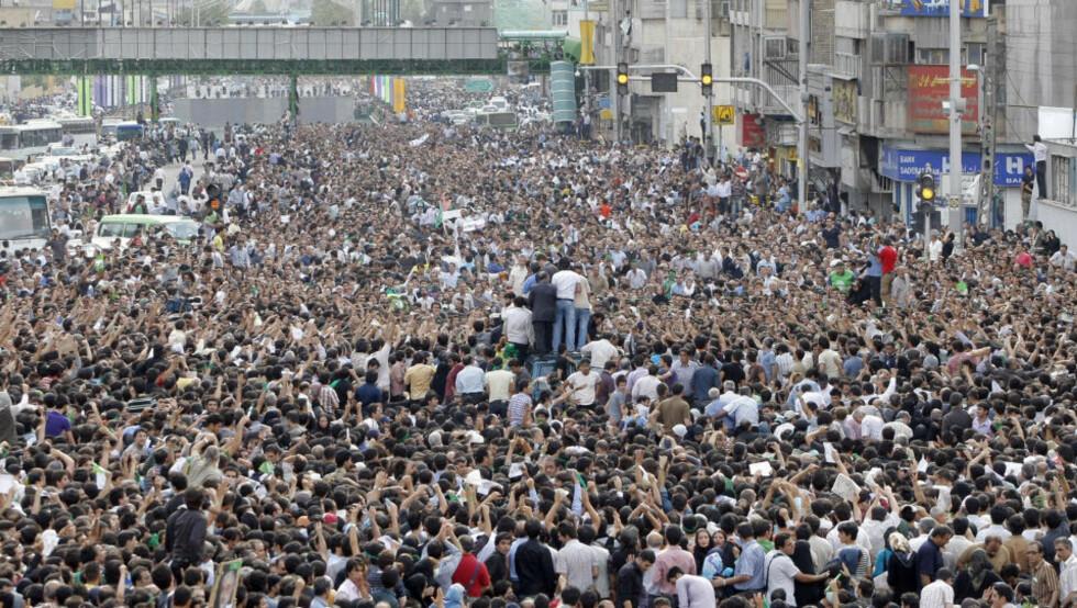 MASSIV PROTEST: Flere hundre tusen er møtt opp i Teheran. Foto: AFP/BEHROUZ MEHRI/SCANPIX