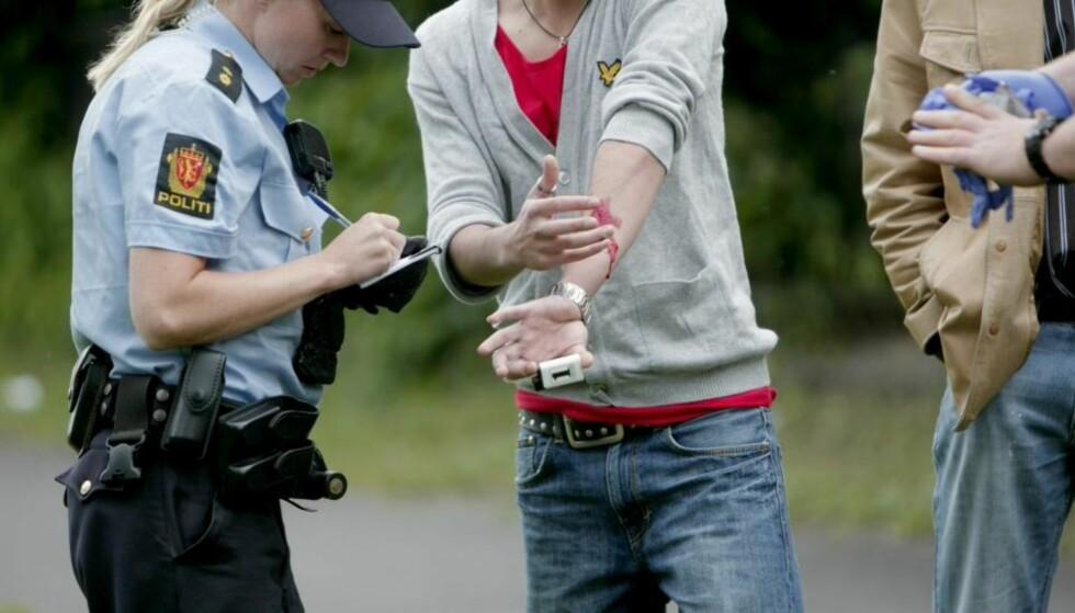 LETTERE SKADD: En person fikk en mindre skade på armen, da han ble riftet med en knivlignende gjenstand under demonstrasjoner utenfor den iranske ambassaden i Oslo mandag kveld. Foto: Stian Lysberg Solum / SCANPIX