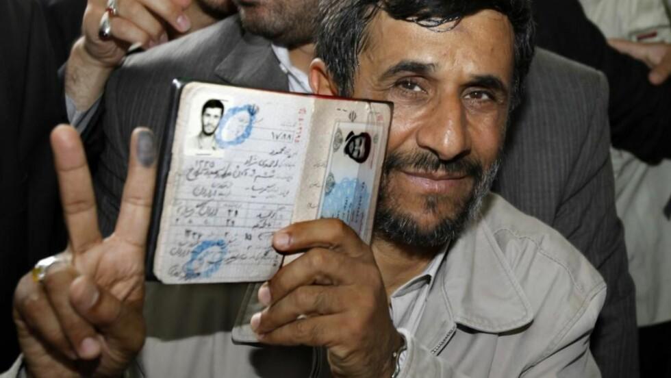 STAKK:  Irans president Mahmoud Ahmadinejad ankom i dag Russland, til tross for at landet hans er kastet ut i de største opprørene på 30 år. Svært mange betviler at han vant fredagens valg på lovlig vis, og hundretusener av demonstranter har de siste tre dagene demonstrert mot presidenten. Foto: REUTERS/SCANPIX