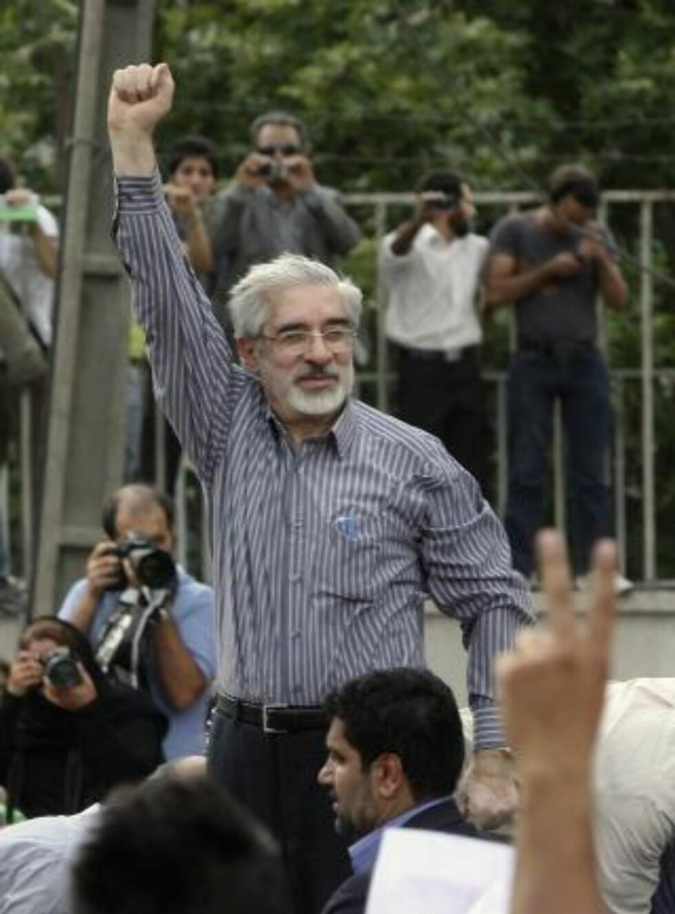 NYTT HÅP: Opposisjonskandidat Mir Hossein Mousavi klaget umiddelbart på valgresultatet, som han mener er fikset av Ahmadinejad. Foto: Scanpix
