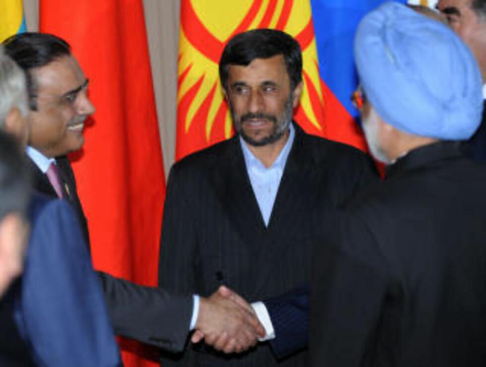 DRO TIL RUSSLAND: Irans president Mahmoud Ahmadinejad avviser alle anklager om valgjuks og har dratt til Russland for å delta på en sikkerhetskonferanse. Her sammen med Indias statsminister Manmohan Singh (t.h.) og Pakistans president Asif Ali Zardari (t.v.). Foto: Scanpix