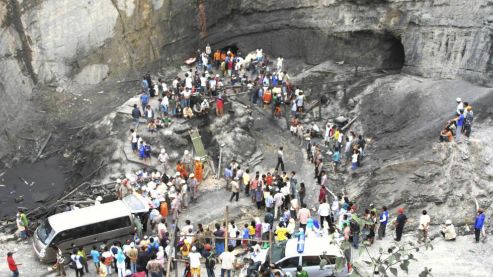 Redningsmannskaper og lokale innbyggere lette etter overlevende etter en voldsom eksplosjon i en gruve på Sumatra i Indonesia tirsdag. Over 40 fryktes omkommet. Foto:AP/SCANPIX