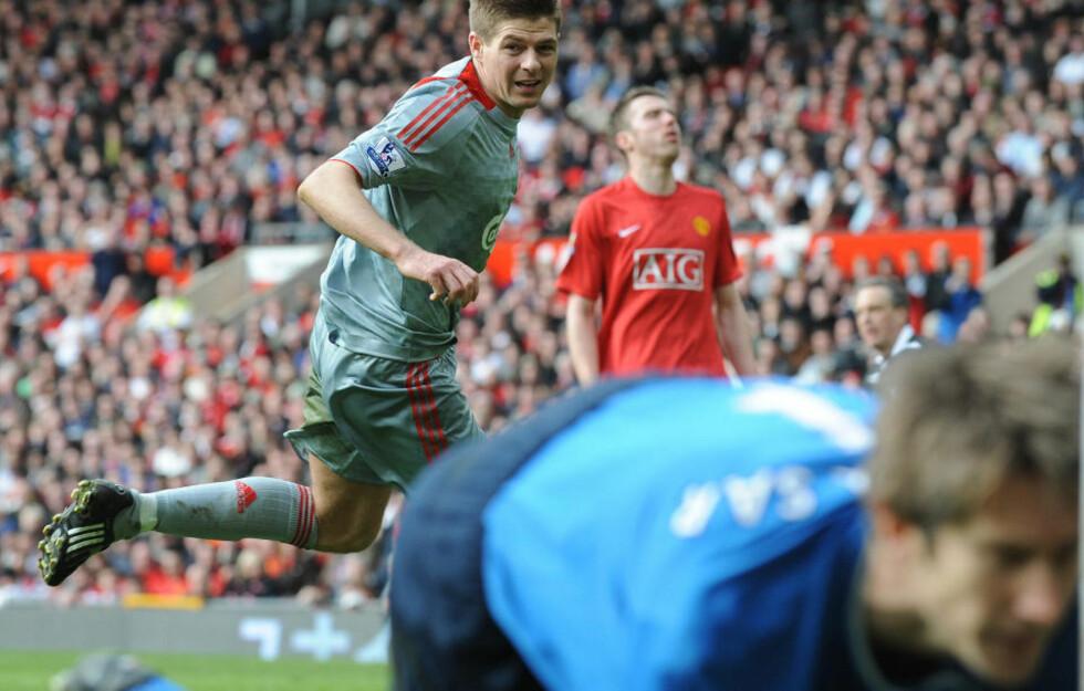 LIVERPOOL-REVANSJE? Steven Gerrard og Liverpool til Manchester Uniteds skalp på Old Trafford forrige sesong, men de endte på 2. plass bak United på tabellen. Kan de ta steget neste sesong? Foto: AFP