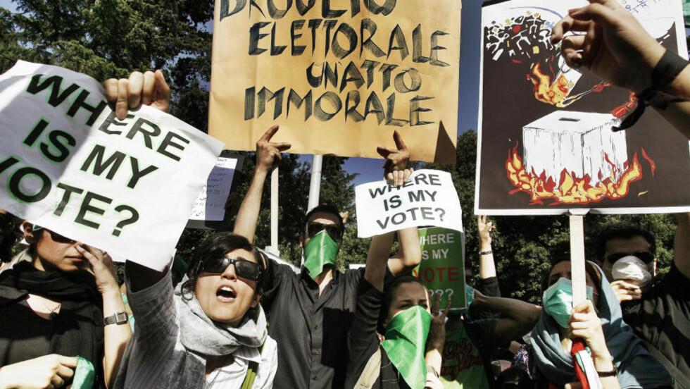 OVER HELE VERDEN: Det har vært demonstrasjoner over hele verden - her i Roma, Italia - etter valget i Iran. Størstedelen av informasjonen som kommer direkte fra Iran kommer nå direkte fra nettbrukere via tjenester som Twitter og YouTube.  Foto: AP Photo/Angelo Carconi/SCANPIX