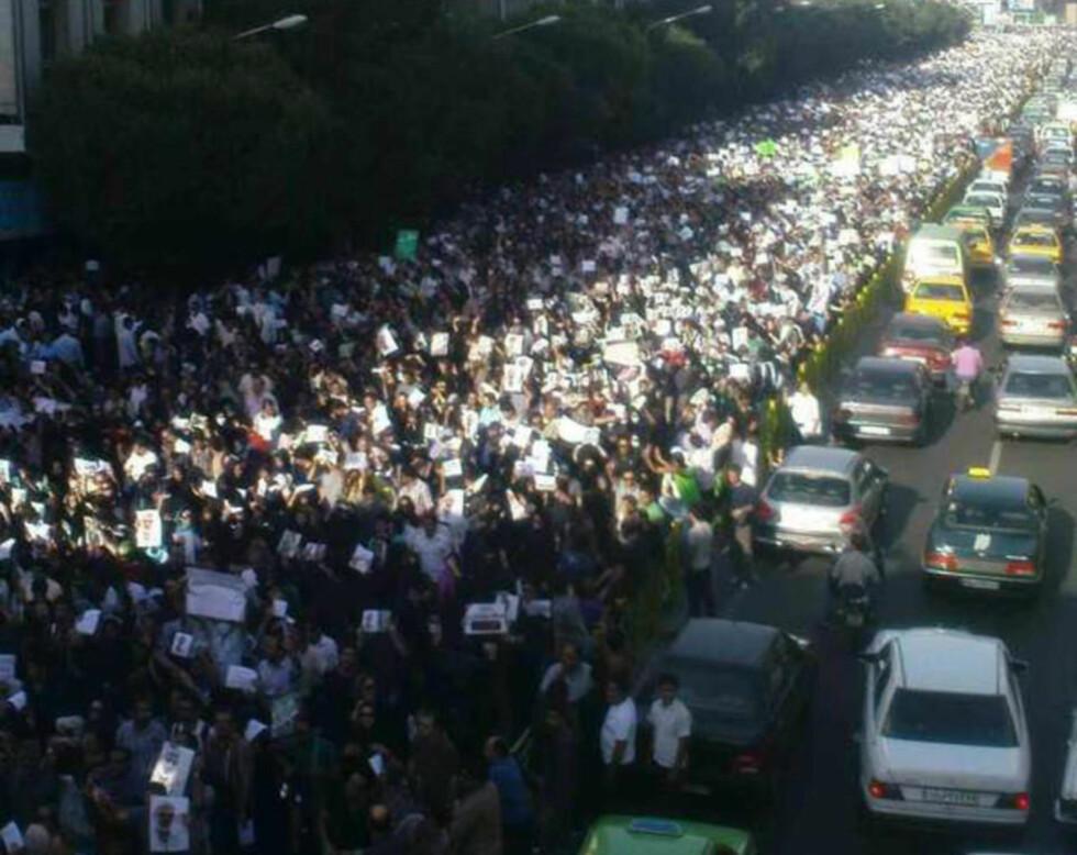 STANDHAFTIGE: Titusener av demonstranter var igjen i gatene i Teheran i dag, og til tross for at pressefolk må være i dekning innnendørs og iherdig nettsensur blir enkelte bilder smuglet ut på nettet.  Foto: UKJENT / TWITPIC