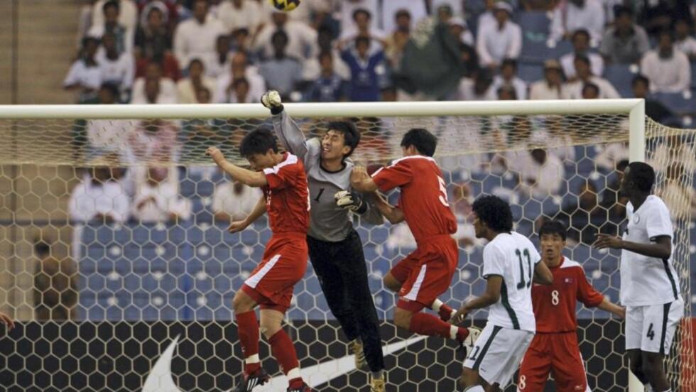 HISTORISK: Ri Myong Guk bokser ballen unna i kampen mot Saudi Arabia. 0-0 betyr at Nord-Korea er klare for VM for første gang siden 1966, men det skjedde ikke uten dramatikk. Foto: SCANPIX/REUTERS/Fahad Shadeed