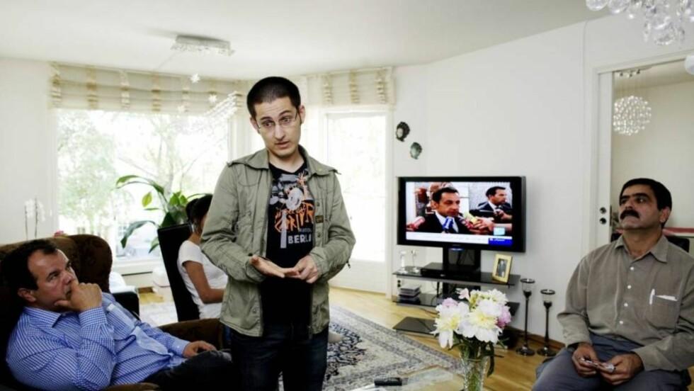VIL DELTA:  Kamal Khoshnood, Said Tutunchian og Shams Madi følger iranske tv-nyheter tett. I går reiste Said til Paris sammen med en stor gruppe norskiranere for å delta på en konferanse, der støtteappeller for opposisjonen i Iran vil bli holdt. Foto: Torbjørn Grønning
