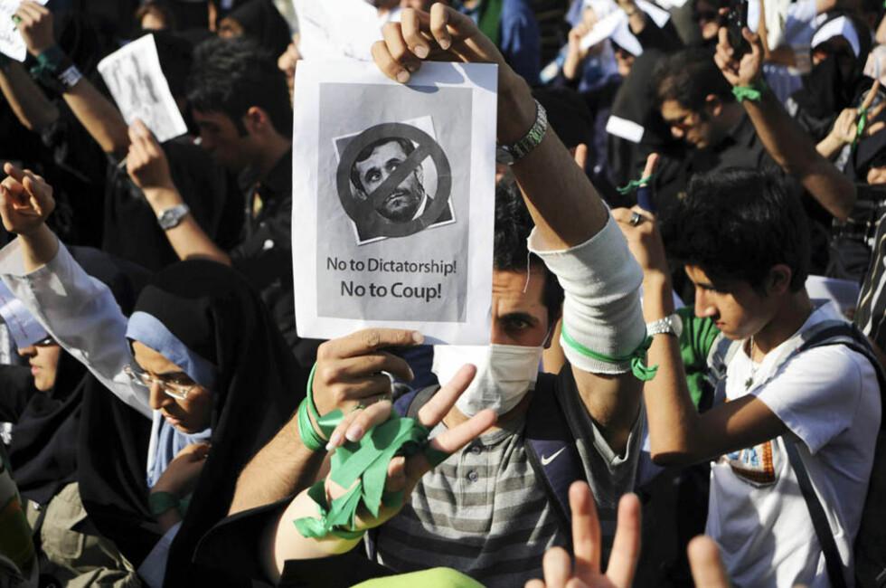 GIR SEG IKKE: Mir Hossein Mousavis tilhengere er overbevist om at presidentvalget sist fredag, der sittende Mahmoud Ahmadinejad, vant en klar seier, var manipulert. De krever resultatet omgjort. Foto: YOUR VIEW/REUTERS/SCANPIX