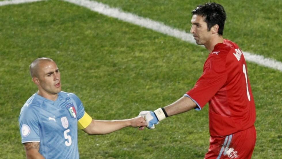 MISTET BESTEFAREN: Rett etter kampslutt mot Egypt fikk Fabio Cannavaro beskjed om at bestefaren er død. Foto: AP