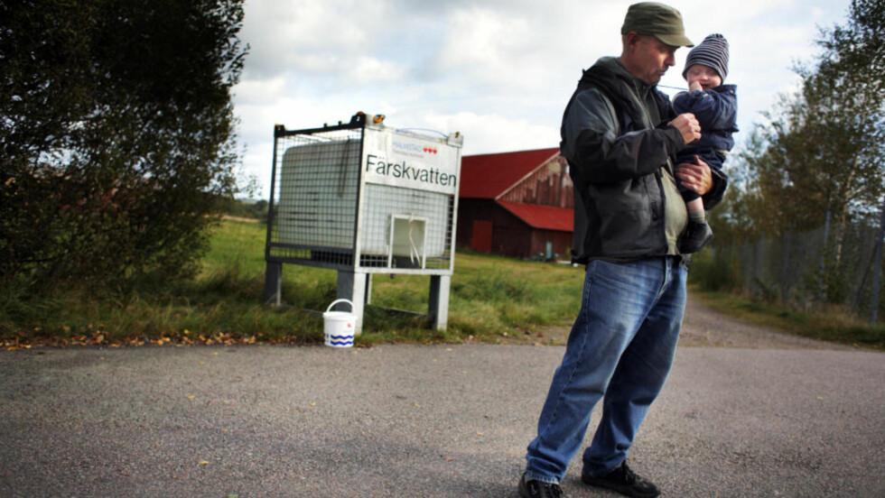 GIFTFRYKT: Svein Henriksen er skremt over at hans drikkevann har vært forgiftet. Her med datteren Annie som har spist barnegrøt laget med springvannet. Foto: Jari Välitalo/Hallandsposten