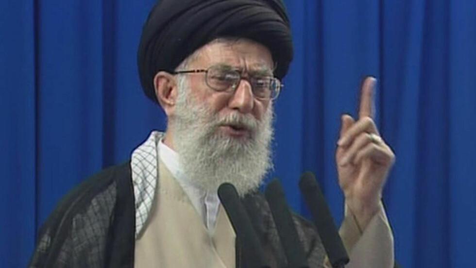 TALTE:  Irans øverste religiøse leder Ayatolla Khamenei talte til folket for første gang siden valget forrige fredag. Foto:AP Photo/IRIB