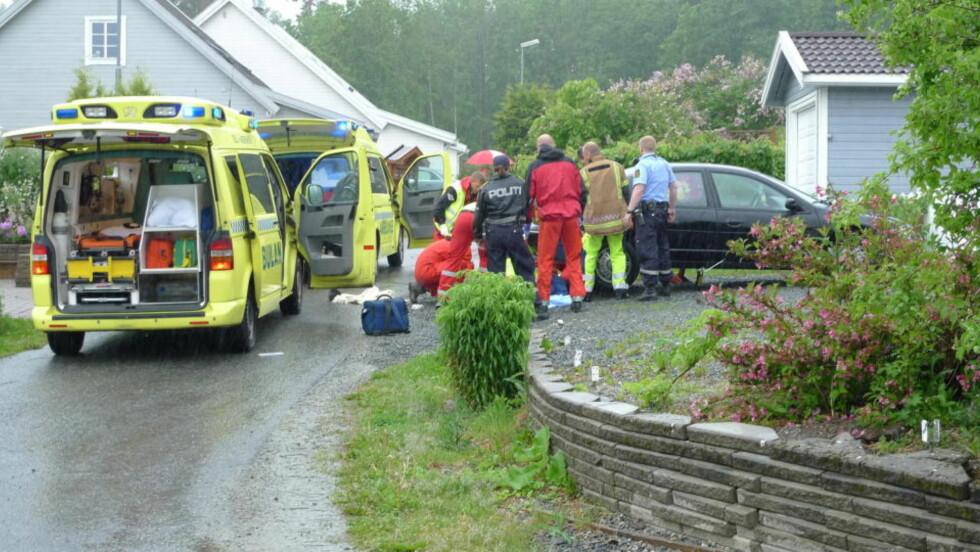 FØRSTEHJELP:   Politi og helsepersonell på stedet der den 13 år gamle jenta ble oppdaget etter å ha blitt slpt fire kilometer under en bil. Foto: TOR KEISER.