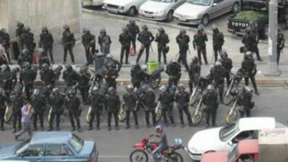 HARDT MOT HARDT: Teheran er tungt bevoktet av sikkerhetsstyrker som skal slå ned på demonstranter i dag. Foto: REUTERS/SCANPIX