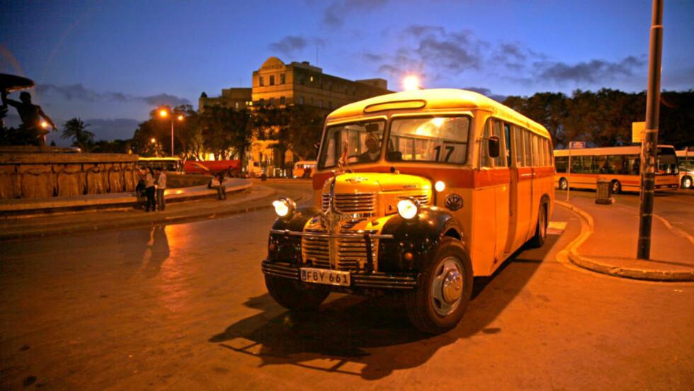 I RUTE: Tro det eller ei; Denne bussen fra 1938 er fortsatt i rute. Bussene på Malta er ikke som andre busser. De er stort sett eldgamle, men lokalbefolkningen elsker dem! Alle foto: Eivind Pedersen