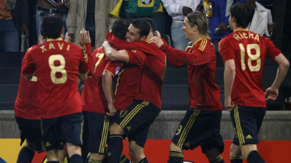 REKORDKVELD: Etter seieren mot Sør Afrika tangerte Spania Brasils 13 år gamle rekord. Samtidig satte spanjolene en ny, med sine 15. seiere på rad. Foto: Hassan Ammar / AP.