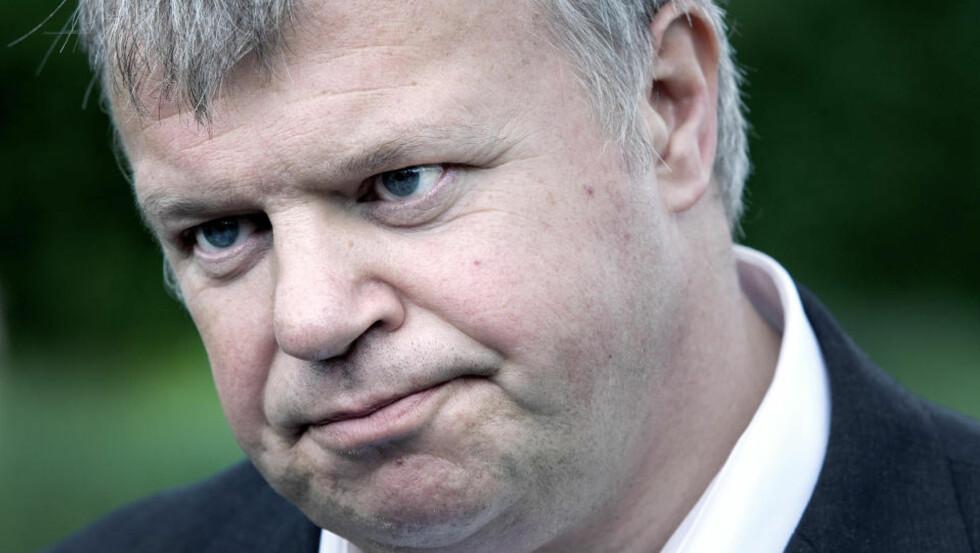 TAR FORBEHOLD: Helse- og omsorgsminister Bjarne Håkon Hanssen mener han har rett til å være pårørende som ringer sykehustopper, selv om han er statsråd. Foto: Henning Lillegård
