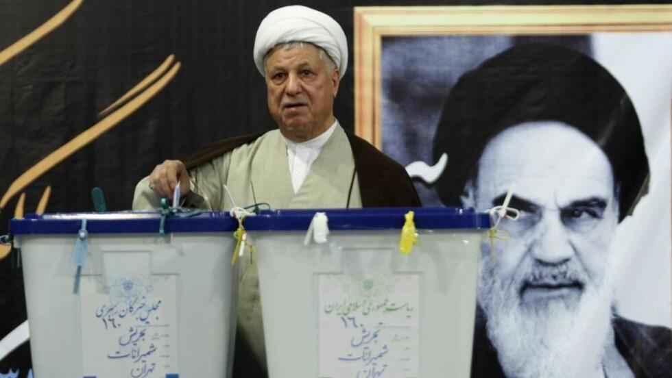 EDDERKOPP: Nyhetsbyrået AP stiller spørsmålet om Ali Akbar Hashemi Rafsanjani kan ha administrativt ansvar for de massive demonstrasjonene i Teheran. Her avgir han sin stemme i presidentvalget. Foto: REUTERS/Chavosh Homavandi/jamejamonline/Scanpix
