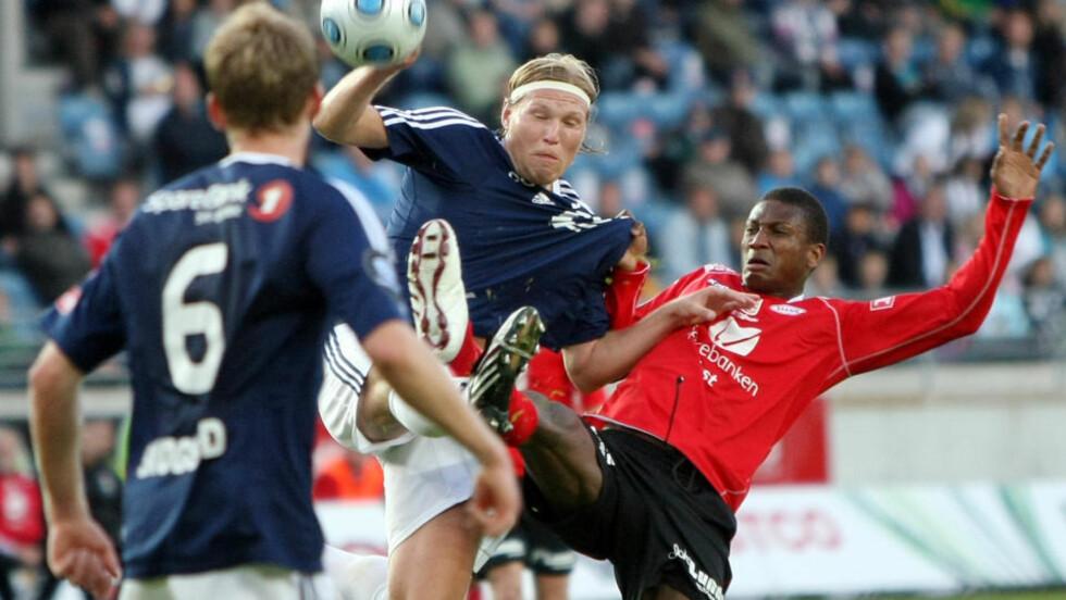 BASKETAK: Tomasz Sokolowski hevder Solli tok tak i nakken hans, og kastet ham i bakken. Her er midtbanespilleren i duell med Tijan Jaiteh. Foto: Alf Ove Hansen / SCANPIX