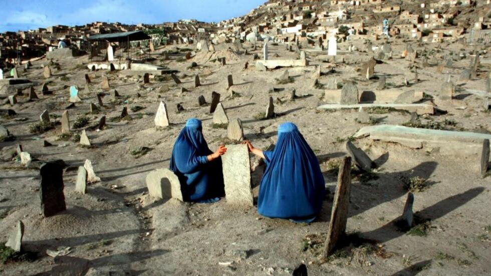 VIL HA FÆRRE SIVILE DØDSFALL: Burkakledde kvinner besøker graven til en slektning i Kabul, Afghanistan. Hundrevis av afghanske sivile er drept i amerikanske flyangrep de siste årene, og USA har fått skarp kritikk både fra afghanske myndigheter og allierte. Foto: EPA/S. SABAWOON