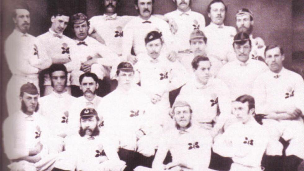 STARTEN: Den første fotballandskampen ble spilt i Skottland i 1872. Da kom England på besøk. Dette bildet viser den første engelske rugbytroppen fra året før, men stilen var nok ganske lik året etter. England stilte i en 1-2-7-formasjon, mens skottene spilte 2-2-6. Kampen endte 0-0...
