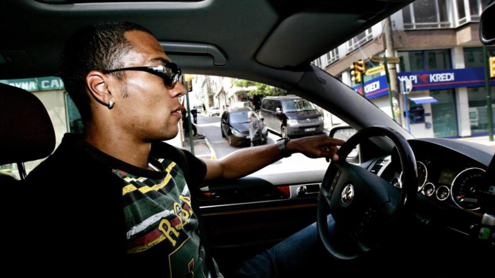 BILGAL: John Carew har en godt utviklet sans for dyre biler. Her fra tiden i Istanbul og Besiktas da han kjørte rundt i Volkswagen-SUVen Touareg.Foto: Aleksander Nordahl/Dagbladet
