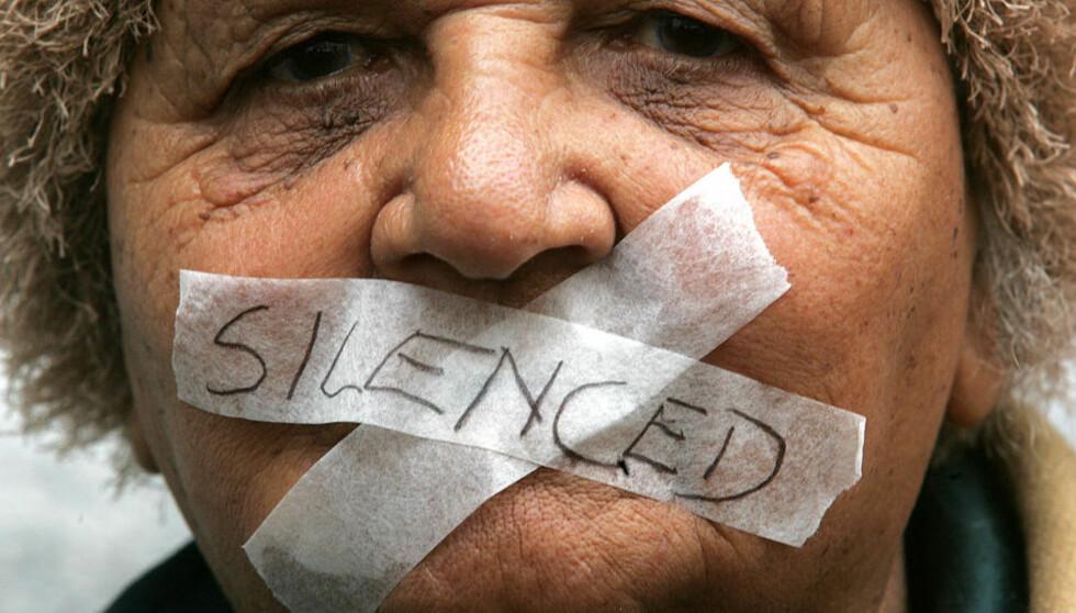 VINNER IKKE FRAM: Få voldtekter blir anmeldt i Sør-Afrika, og av disse fører bare sju prosent til dom. Denne kvinnen demonstrerer for å skaper oppmerksomhet rundt problemene kvinner og voldtektsofre møter når de søker rettferdighet gjennom rettsapparatet. Foto: AP Photo/Obed Zilwa