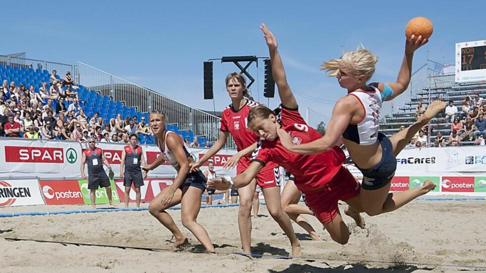 PIRUETTSHOW: Iselin Klev lekte seg med de polske jentene ute på kanten i Norges seier over Polen i åpningskampen av EM i beachhåndball.