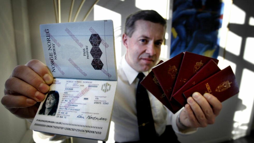 BRÅSTOPP FOR PASSØKERE:  Dette er de nye norske passene, som USA har krevd av norske besøkende siden 1. oktober i fjor og som nå blir utstedt til alle nye passøkere. I dag har det vært bråstopp over hele landet på grunn av datakrasj i politiets PassWeb-system. Her Odd Storkmoen i det Stavanger-baserte firmaet NORSIK som produserer de nye, elektroniske passene. Foto: STEIN J. BJØRGE, AFTENPOSTEN.