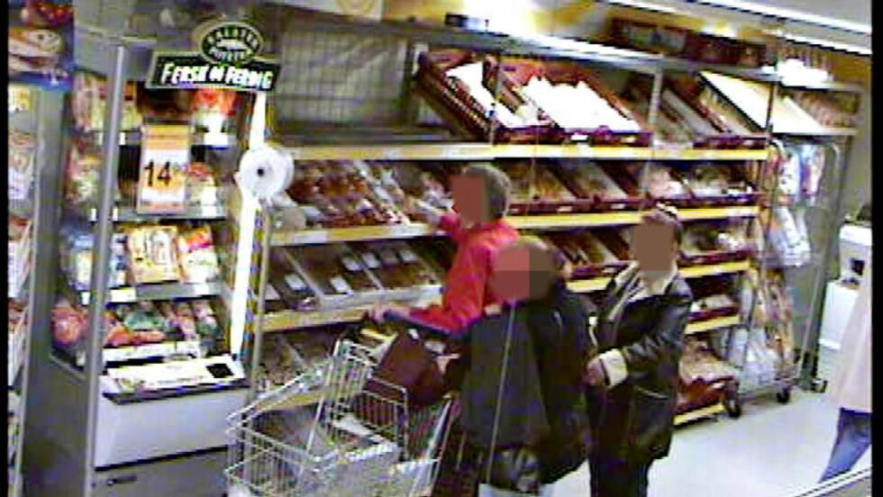 PROFESJONELLE KRIMINELLE: Politiet i Asker og Bærum politidistrikt forteller om en stor økning i salg av falskt gull, lommetyverier og butikktyveri. Her er to kvinner filmet i ferd med å stjele fra en butikkundes veske. Foto: Overvåkingskamera