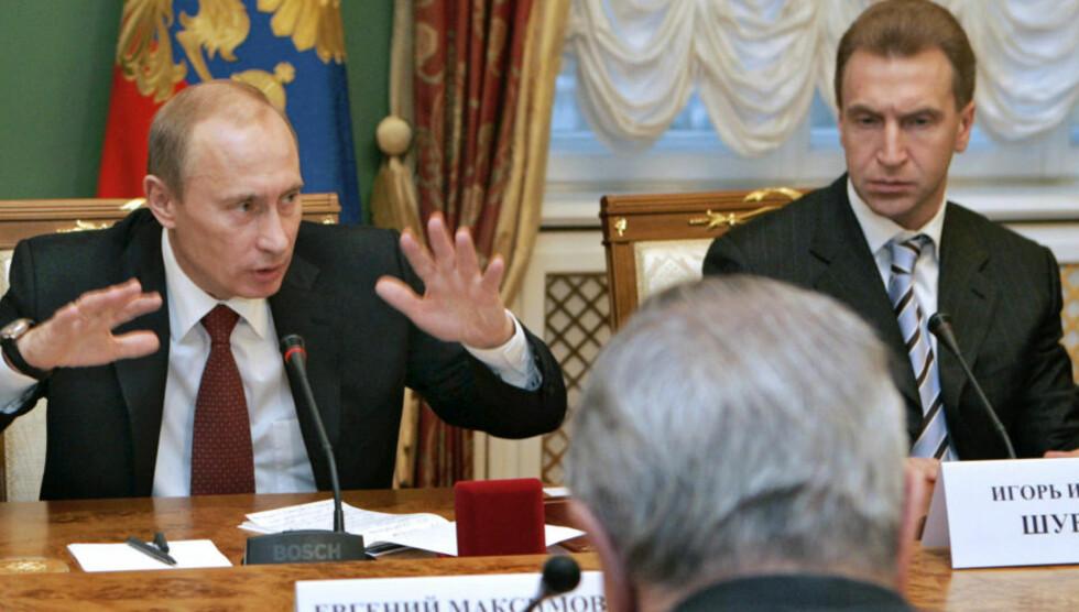 - GUD FORBY: Første visestatsminister Igor Shuvalov, til høyre for Putin, ber til Gud om at ikke det russiske byråkratiet eller domstolene har latt seg bruke ulovlig av Alfagruppen for å vinne over Telenor i kampen om makten i VimpelCom. Foto: Dmitrji Astakhov/AP
