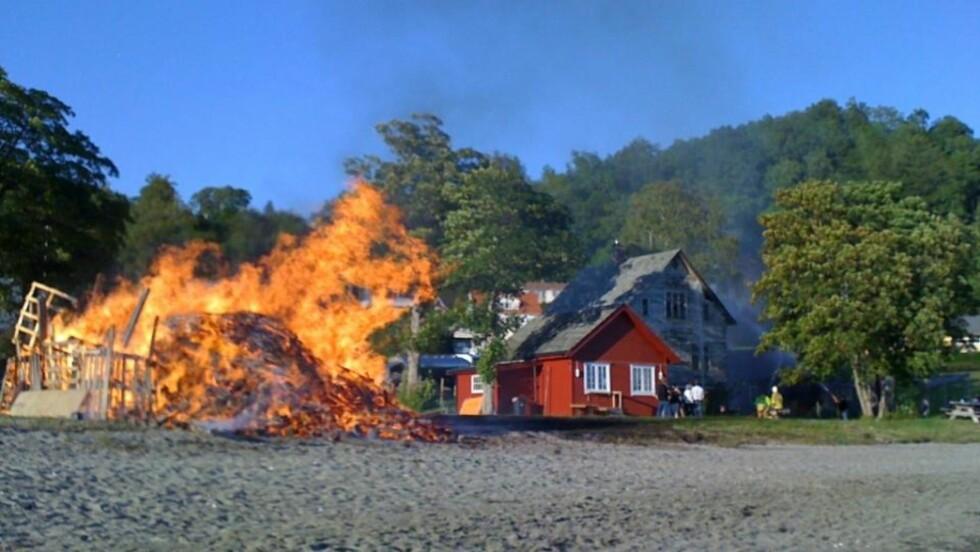 DRAMA UNDER ST. HANSFEIRING: Brannvesenet var raskt på plass og fikk slukket brannen i Askvoll i Sogn og Fjordane. Glør fra et St. Hansbål 60 meter unna var årsaken til brannen. (FOTO: Lene Husabø)