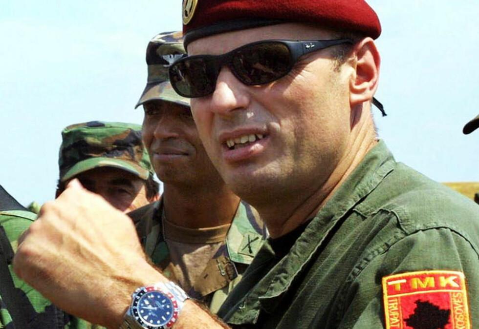 TATT: Amir Ceku, her i passiar med amerikanske soldater i Kosovo i 2001. Foto: ATTILA KISBENEDEK/AFP/SCANPIX