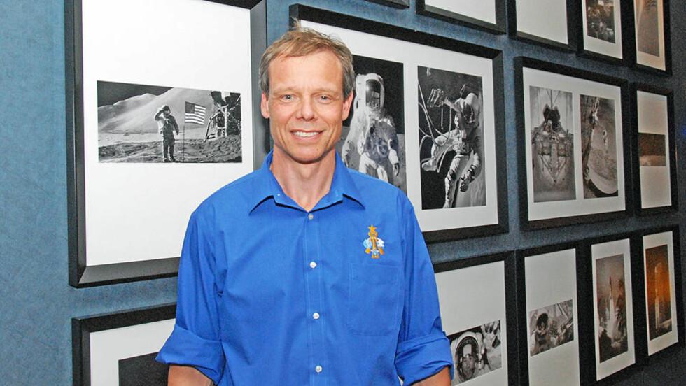 GLEDER SEG: Astronaut Christer Fuglesang (52) er den eneste skandinaven som har vært i rommet. I august skal han tilbake. Her er han avbildet på Hilton Houston NASA Clear Lake hotel, hvor romfartshistorien bokstavelig talt sitter i veggene. Foto: Geir Barstein