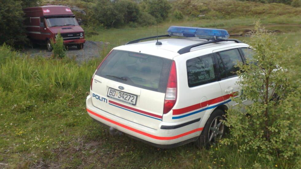 AVSPERRET:  Politiet sperret i går kveld av strandområdet mellom Vikan og Male på Ytre Fræna, der den 32 år gamle kunsteren fra Molde ble funnet død og delvis nedgravd ved 20-tiden i kveld. Foto: BJØRN BRUNVOLL, ROMSDALS BUDSTIKKE