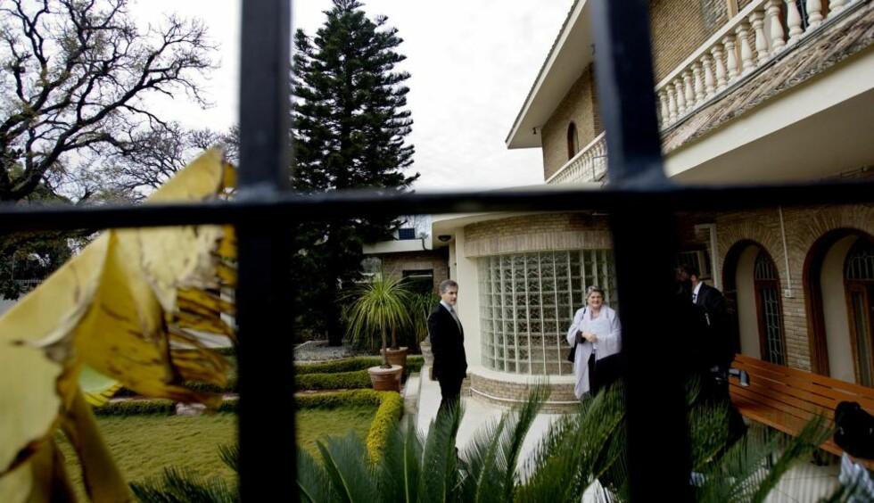 ANGREP: Utenriksminister Jonas Gahr Støre utenfor den norske ambassaden i Islamabad. Her skal det ha vært planlagt et terrorangrep. Foto: Stian Lysberg Solum / SCANPIX