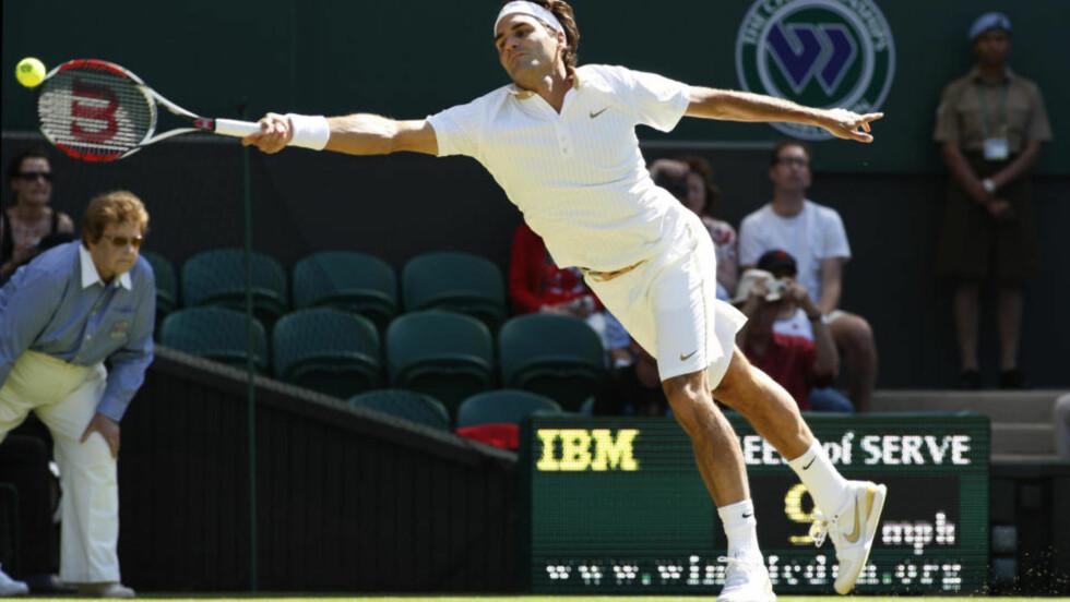 FLYR VIDERE: Roger Federer har brukt årets Wimbeldon-turnering til å vise at han mener alvor med å vinne den tradisjonsrike turneringen. I dag lekte han seg videre fra andre runde.Foto:AP