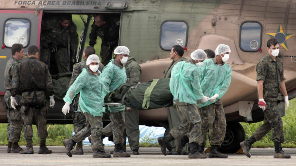 50 FUNNET:  Ansatte i det brasilianske luftforsvaret bærer en av de omkomne etter flystyrten i Atlanterhavet. 50 døde er så langt funnet. Foto: AP Photo/Eraldo Peres