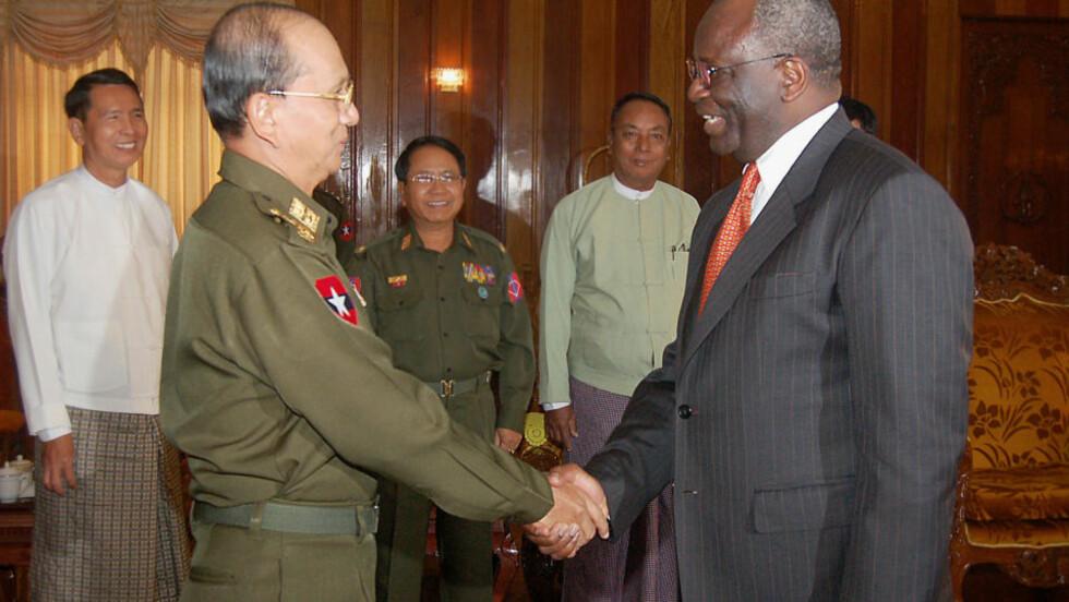 MØTER IGJEN: På bildet møtes Burmas statsminister Thein Sein (t.v) med FNs spesialutsending Ibrahim Gambari i februar. Nå er Gambari tilbake for å diskutere Suu Kyi og det kommende besøket til Ban Ki-moon. AFP / HO / Myanmar News Agency /SCANPIX