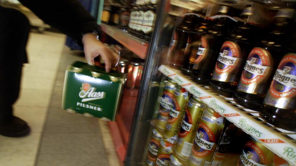 VIL ØKE TILGJENGELIGHETEN: Foreløpig er alkoholfritt det eneste du kan få kjøpt bensinstasjoner. Fremskrittspartiet ønsker nå at nordmenn skal få kjøpt øl der de fyller bensin.  Foto: Ørn E. Borgen / SCANPIX