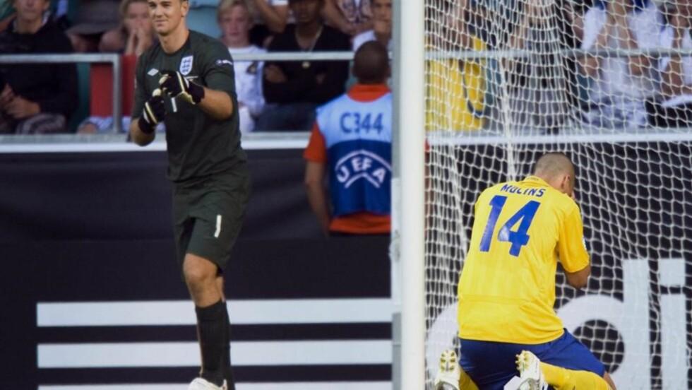 FORTVILTE: Guillermo Molins misset på den avgjørende straffen. Dermed er England klar for finalen i U21-EM. Keeper Joe Hart smiler i bakgrunnen. Foto: Bjørn Larsson Rosvall / EPA.
