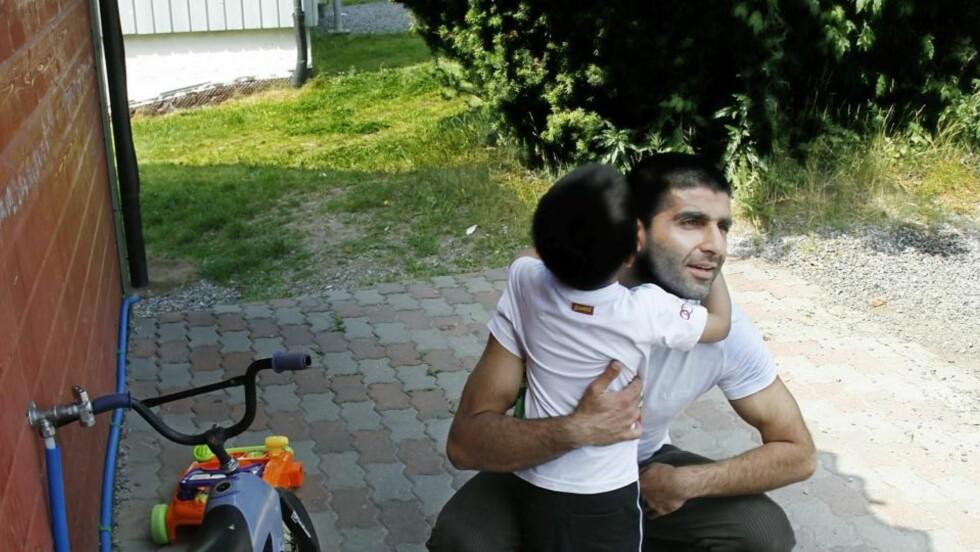TAR MED BARNA: Arfan Bhatti tar et godt tak rundt sønnen (3). Han er glad for å være hjemme etter tre år i varetekt. Men ønsker ikke å bli boende i Norge. Foto: Jacques Hvistendahl