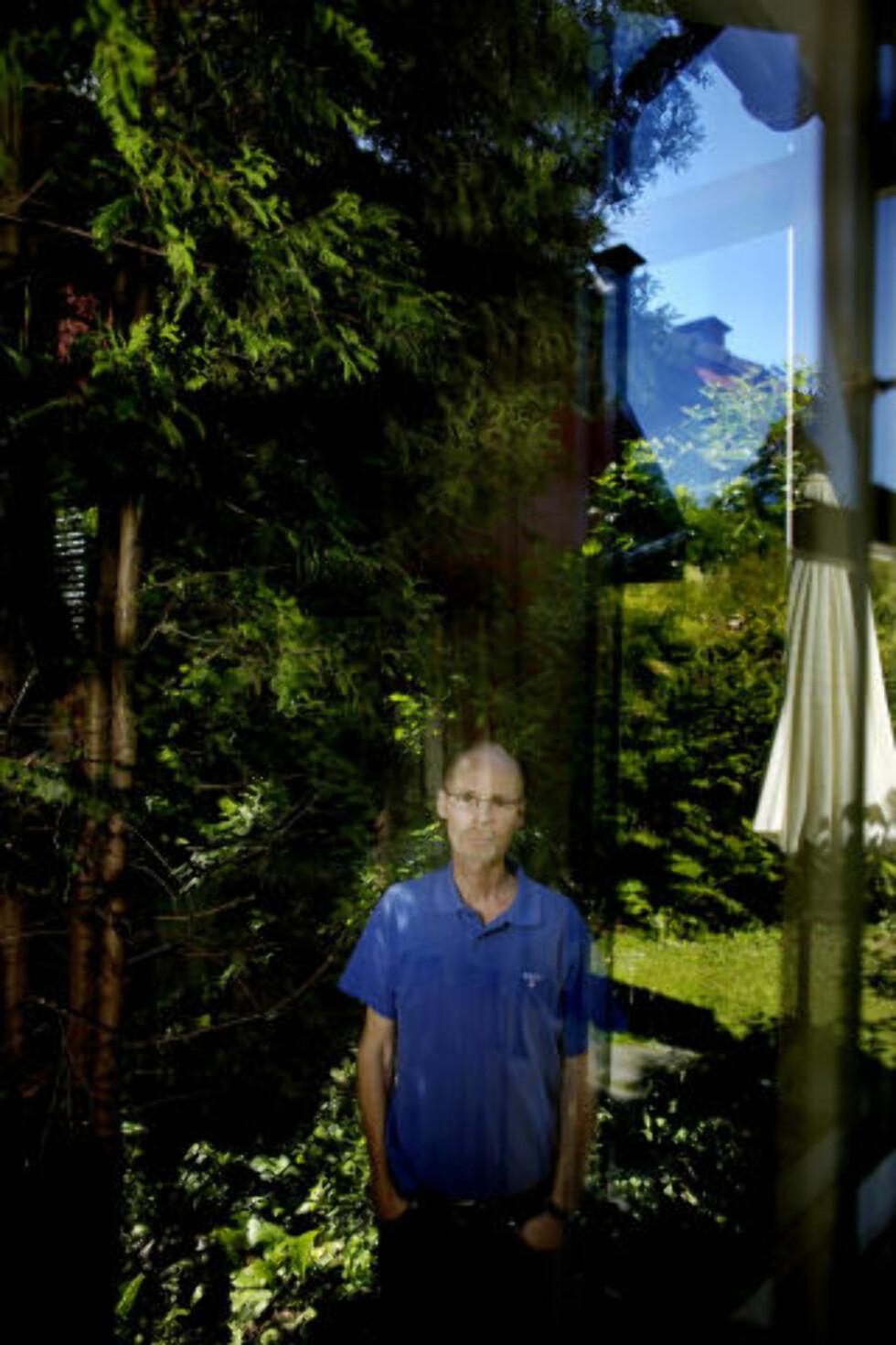 ERSTATNINGSKRAV: - Jeg vet ikke om jeg er her til høsten. Mitt tilfelle har bevist at man kan få kreft av å jobbe der, sier den gifte tobarnsfaren. Professoren krever at det blir gjort noe med arbeidsforholdene og at hans sak blir gjort kjent slik at ikke kollegaer skal lide samme skjebne. Han har også kommet med et oppreisningskrav til UiO. Foto: Torbjørn Grønning