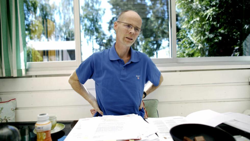 MED DOKUMENTENE: I 30 år har professor Frode Olsgard blitt utsatt for formalingass på arbeidsplassen sin på Biologisk Institutt ved Universitetet i Oslo. Her viser han fram noen av dokumentene som bekrefter at han gang på gang har forsøkt å varsle om arbeidsforholdene. Olsgard, som er uhelbredelig kreftsyk, har også sendt et oppreisningskrav til UIO. Dette kravet har foreløpig ikke blitt møtt. Alle foto: Torbjørn Grønning